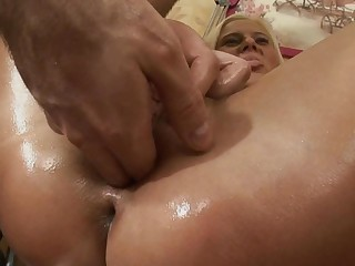A mart that has oil over her sexy ass is getting anal loving