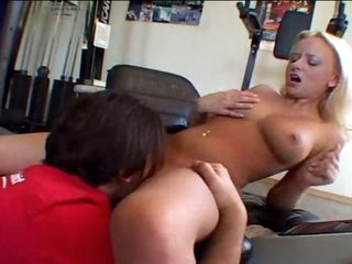 In the gym this babe makes a dude cum